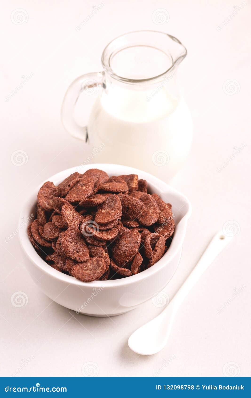 Crunchy czekoladowi kukurydzani płatki w pucharze z słojem mleko