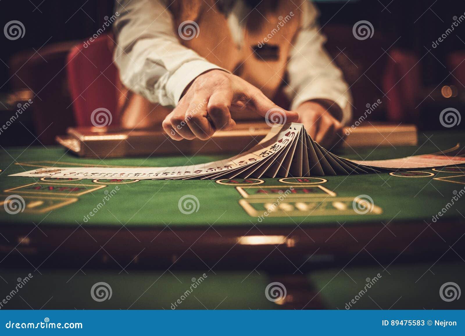 Crupié detrás de la tabla de juego en un casino