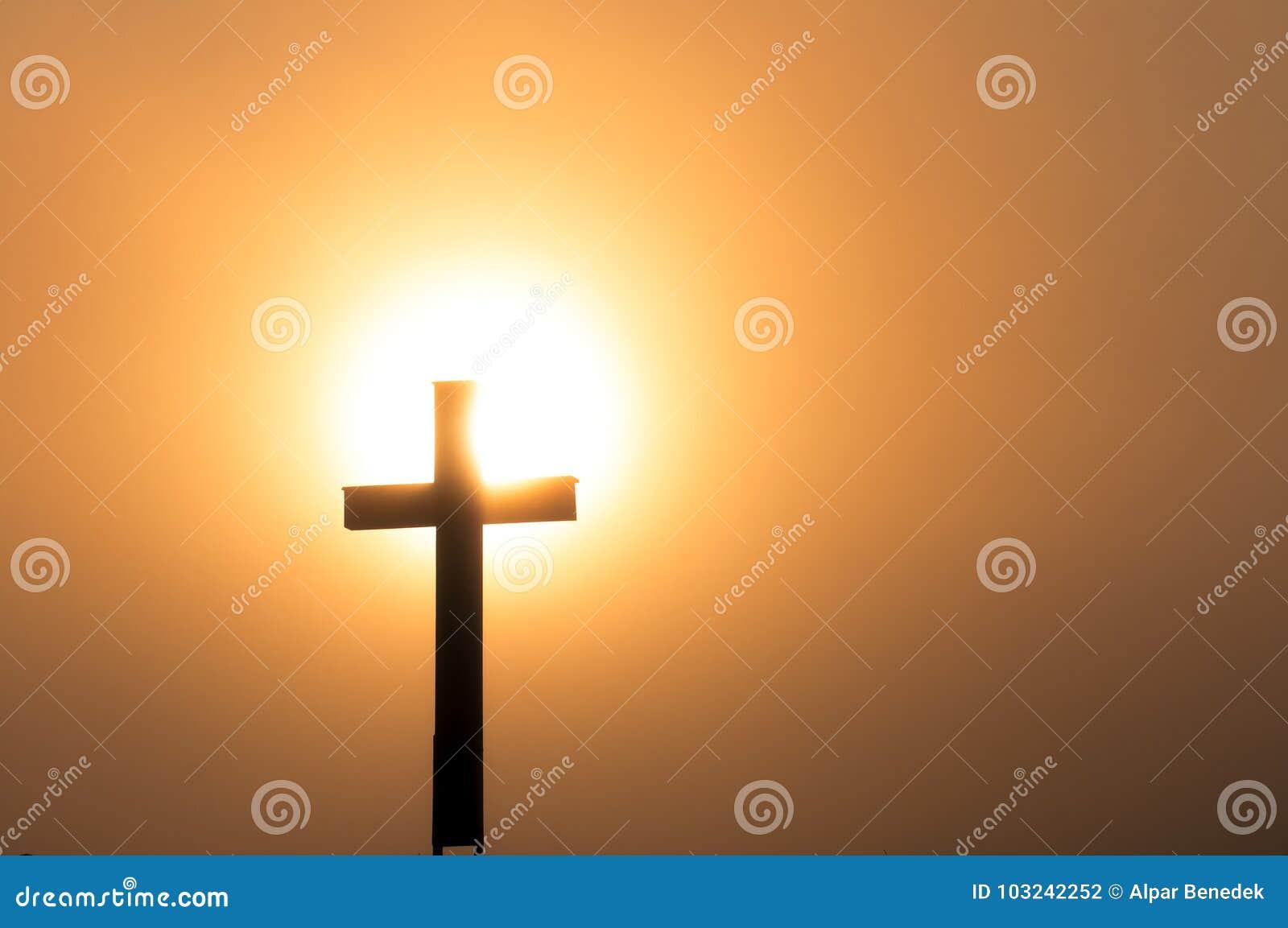 Cruz católica no pôr do sol