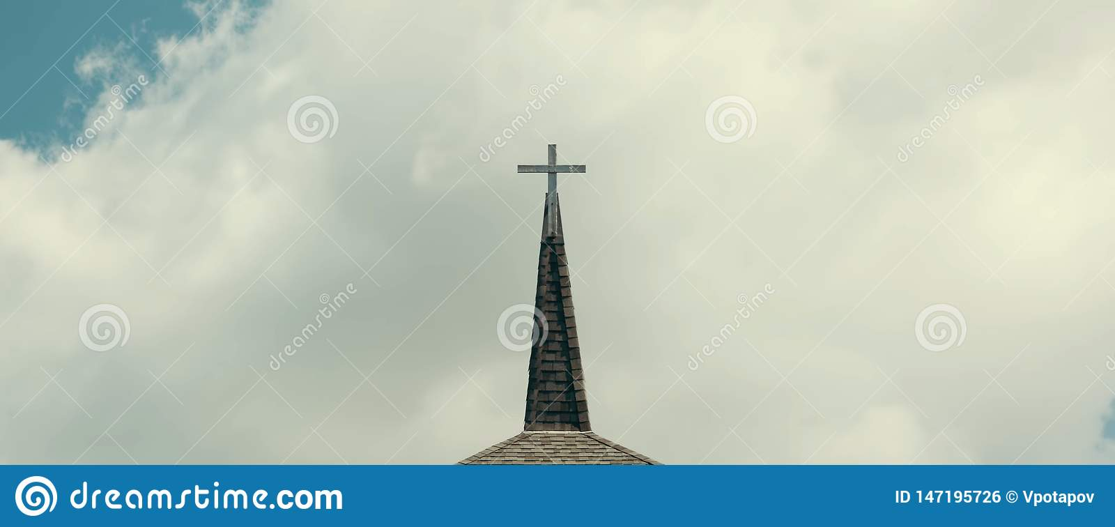 Cruz contra el cielo nublado
