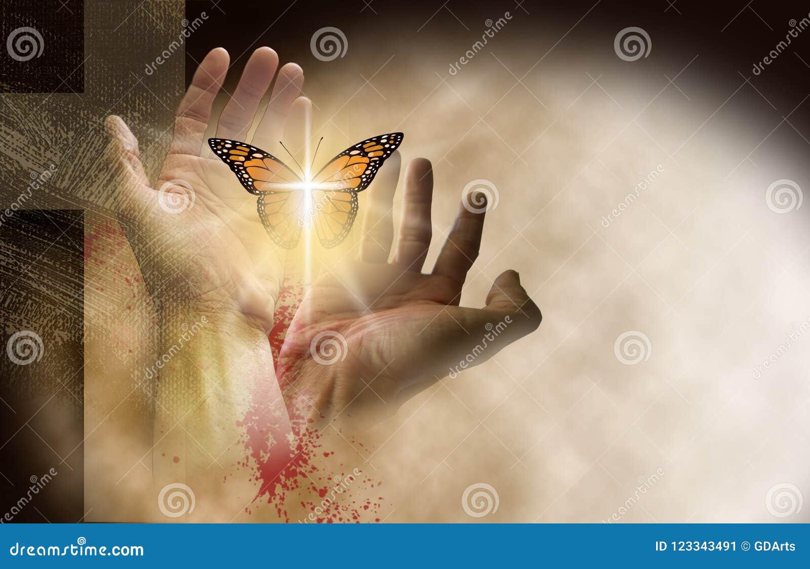Cruz cristã com as mãos que ajustam a borboleta delicada livre