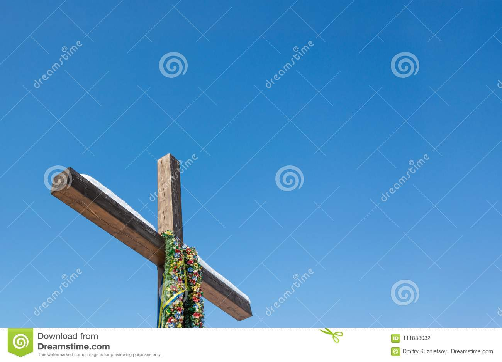 Cruz Cristiana Con La Guirnalda Verde Y Cintas En El Fondo Llano Del