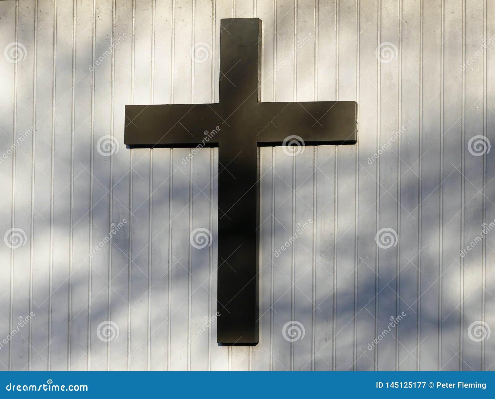 Cruz cristiana en la pared del exterior de la iglesia