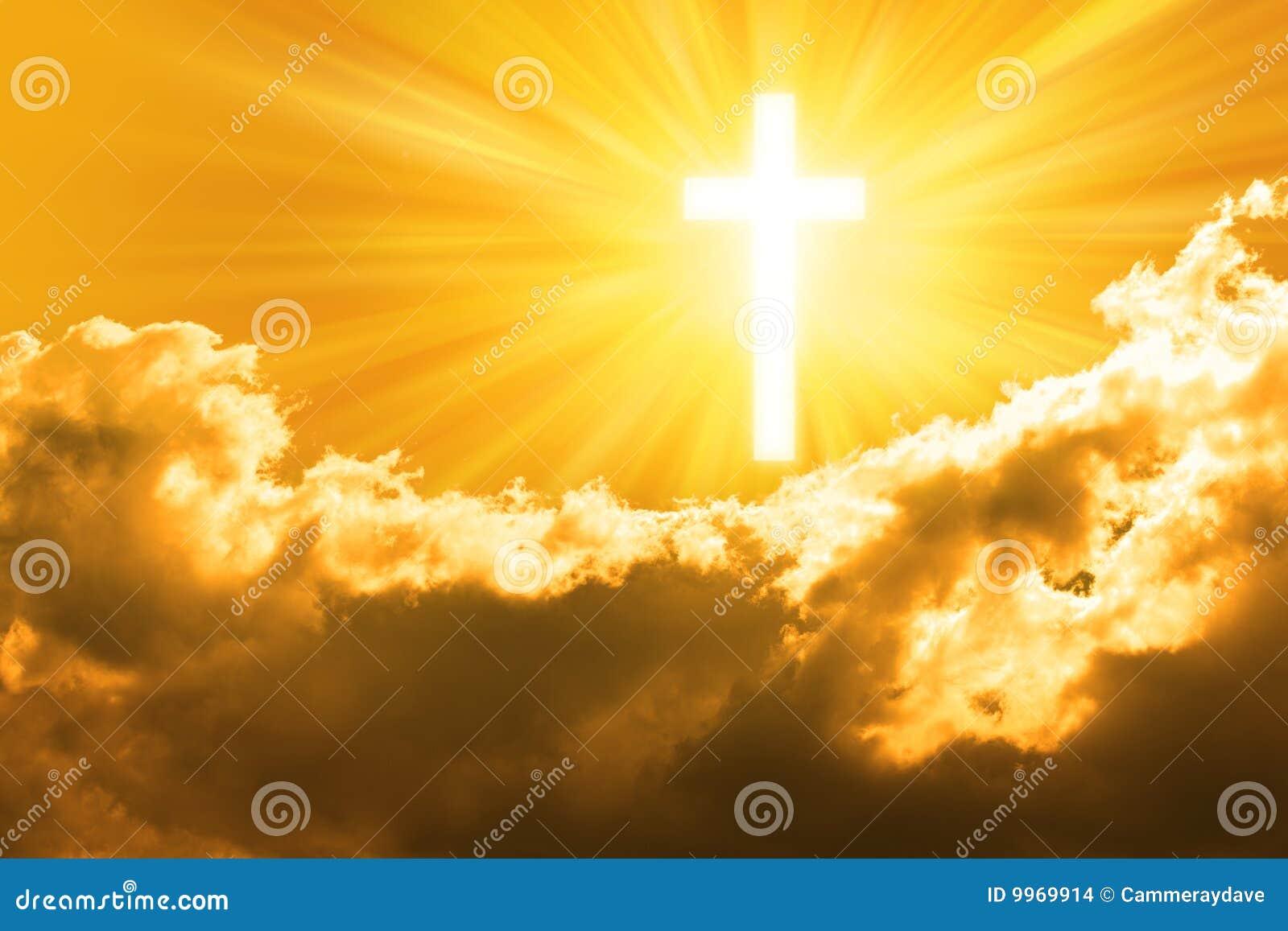 Cruz da religião e céu dourado