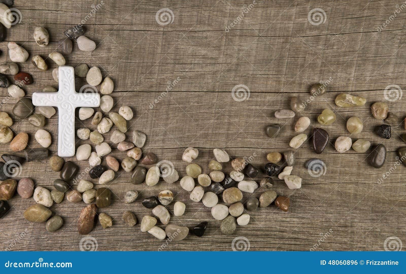 Cruz das pedras no fundo de madeira para pêsames ou lamentação