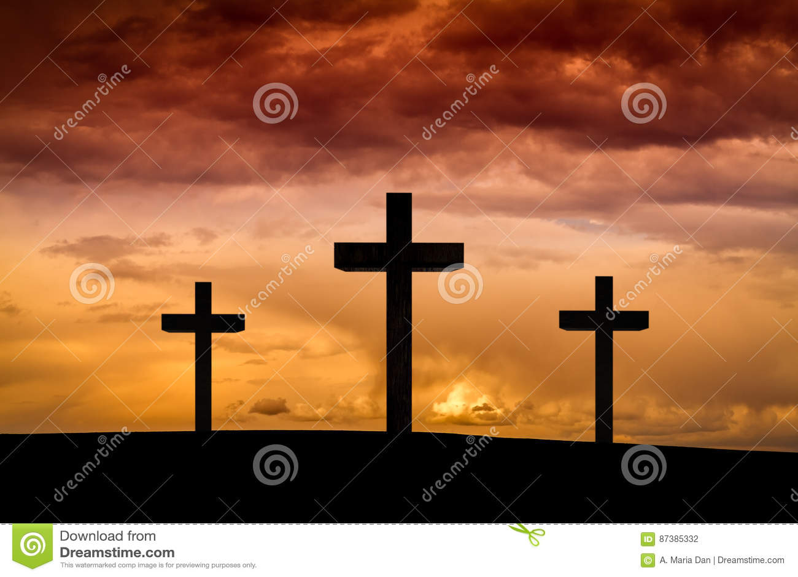 Cruz de Jesus Christ em um céu vermelho, alaranjado com nuvens dramáticas, por do sol escuro