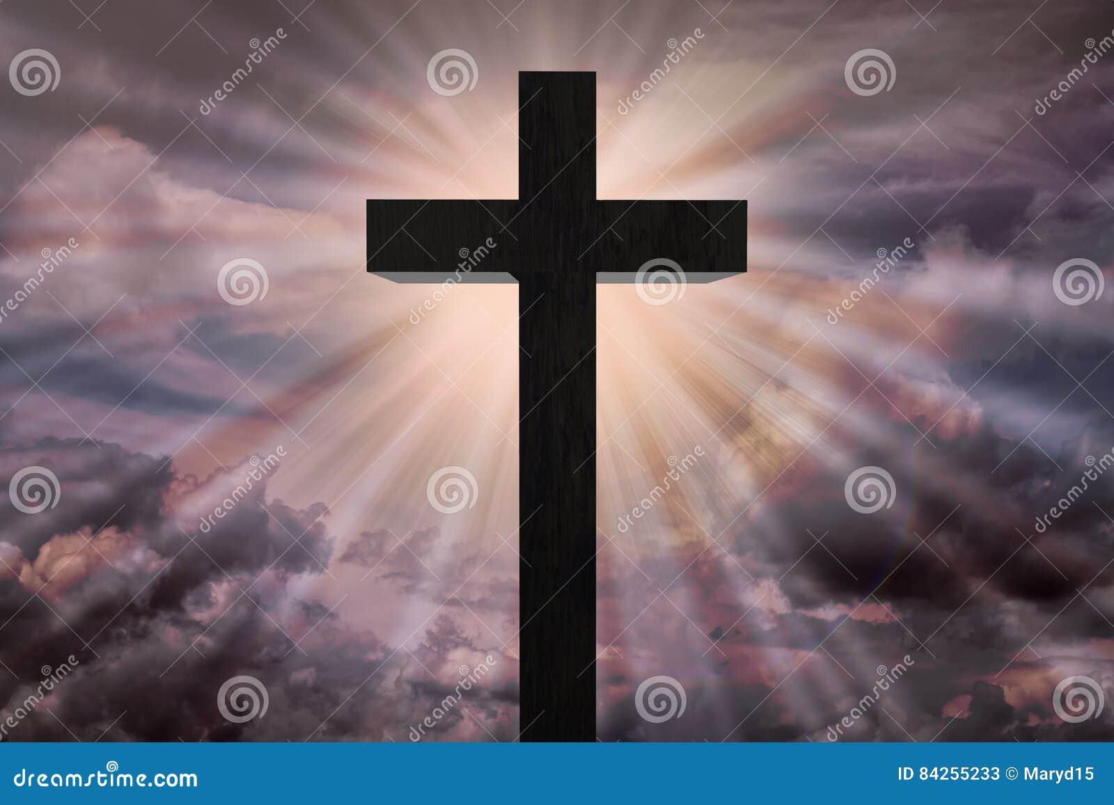 Cruz de Jesus Christ en el cielo dramático Concepto del cielo