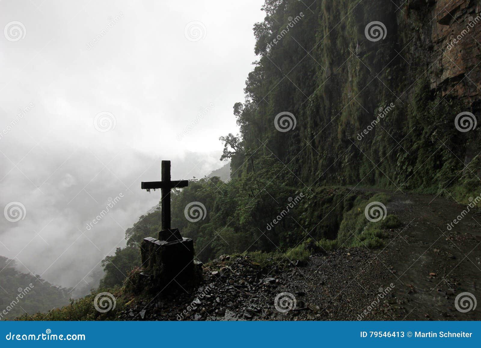 Cruz en el camino de la muerte, Bolivia