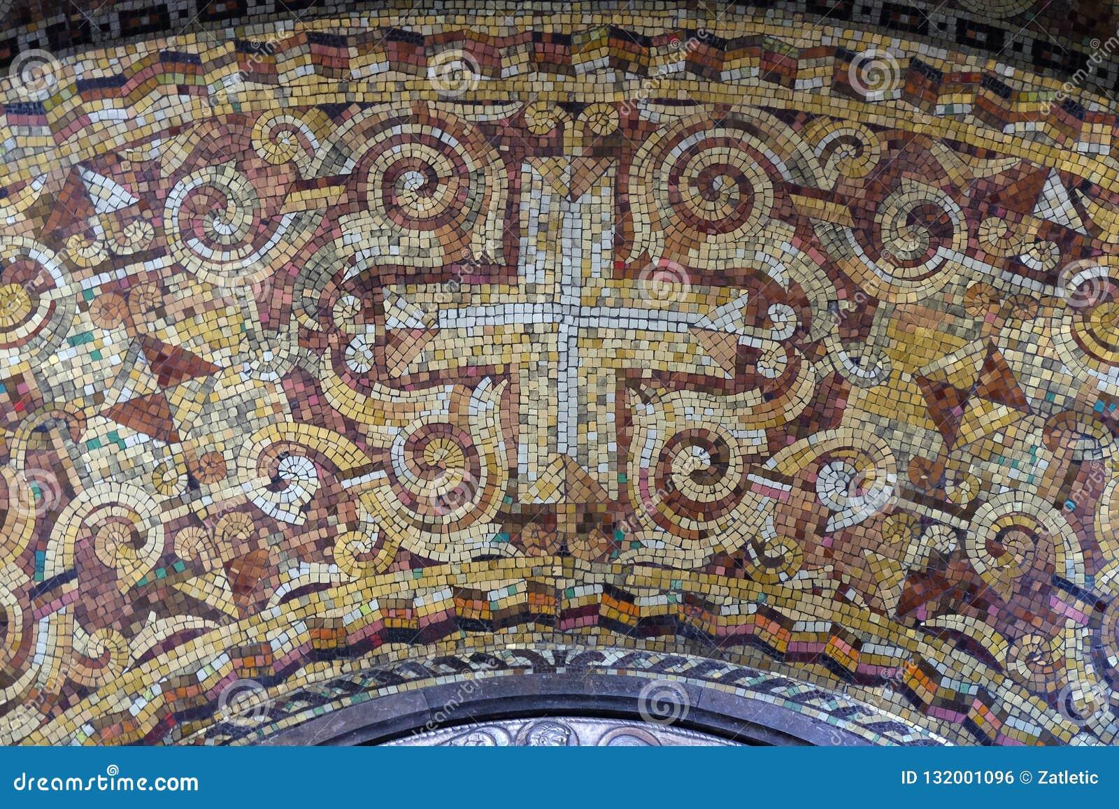 Cruz, mosaico en el altar de la Virgen María en la iglesia del santo Blaise en Zagreb