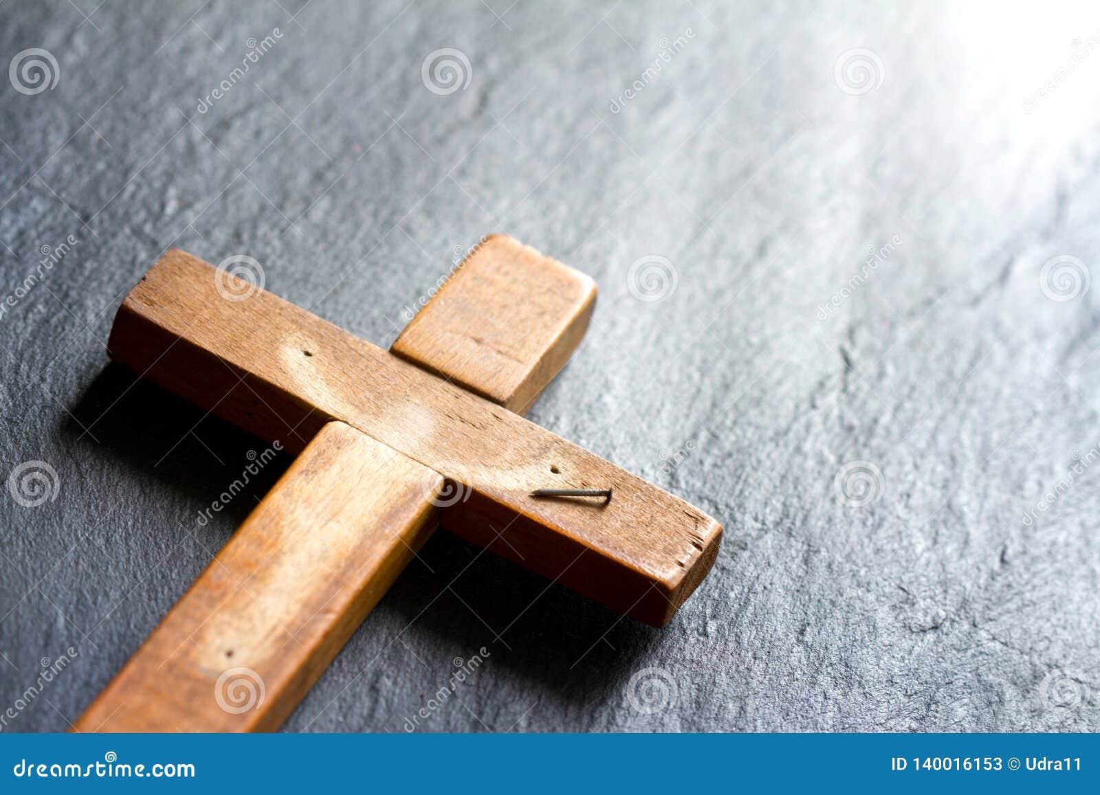Cruz vacía con la sombra del concepto abstracto del fondo de pascua de la resurrección de Jesus Christ