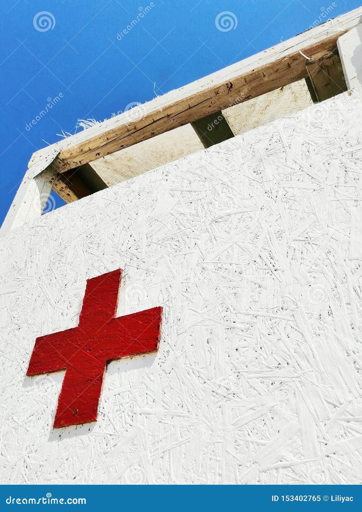 Cruz vermelha em um fundo branco