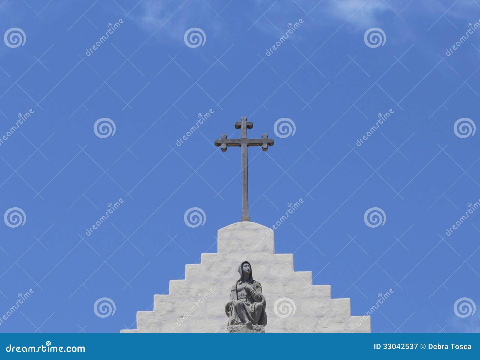Cruz y estatua encima de la misión