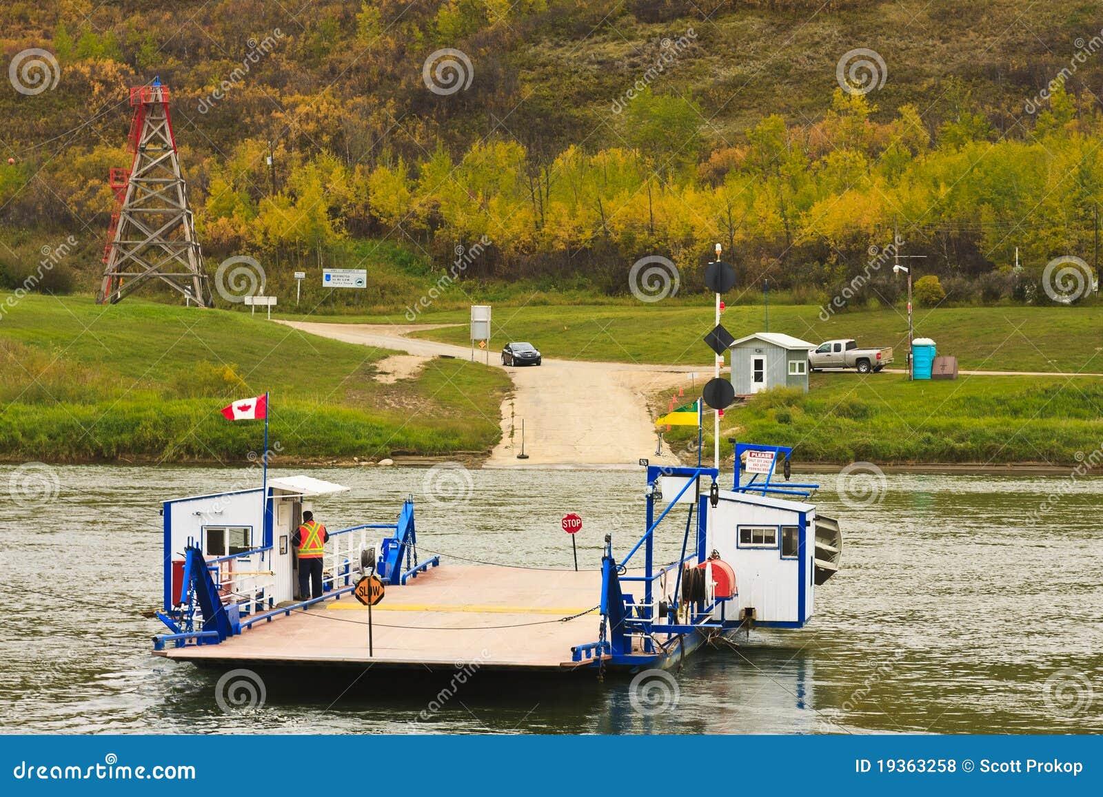 Cruzamento de balsa o rio