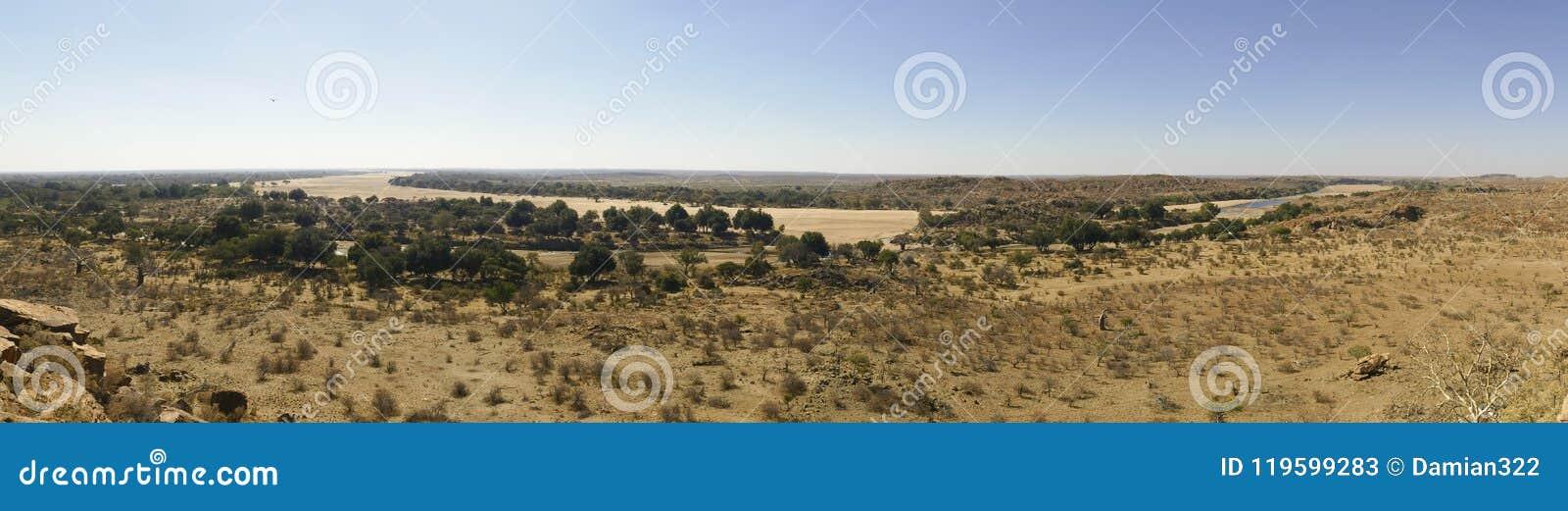 Cruzamento de rio de Limpopo a paisagem do deserto da nação de Mapungubwe