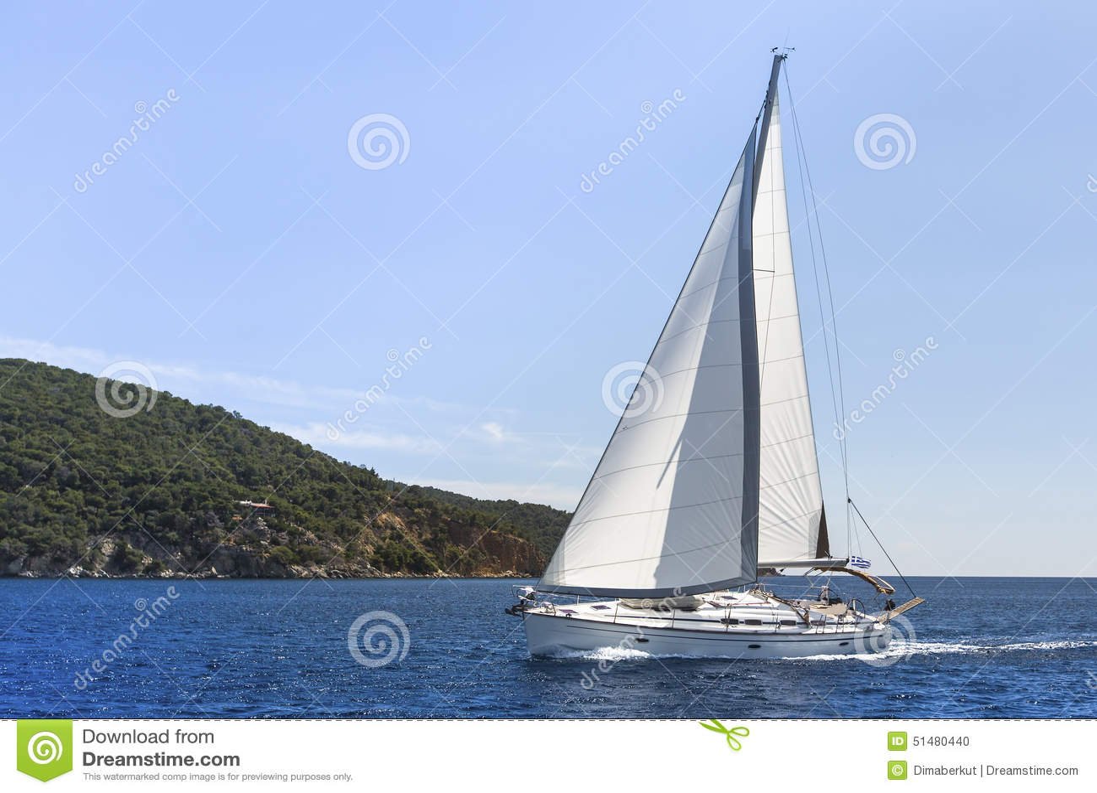 Cruzeiro do veleiro no mar Mediterrâneo sailing