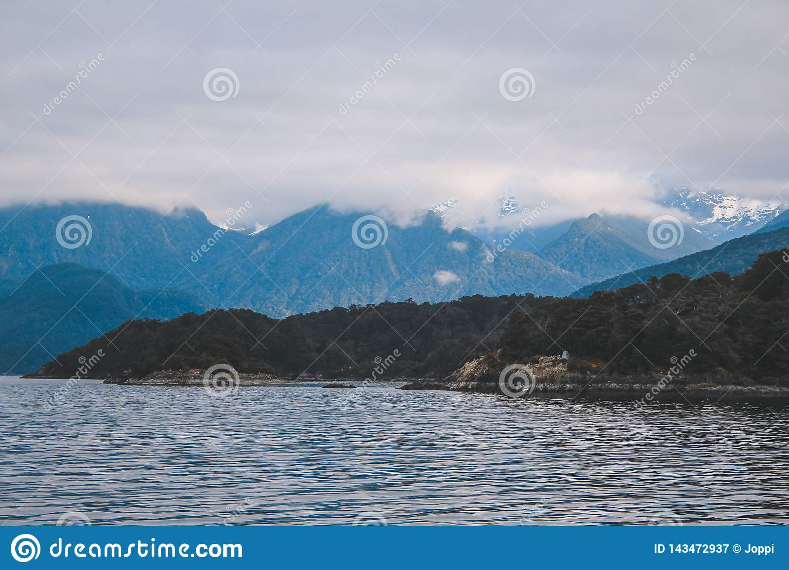 Cruzeiro sadio duvidoso - lago de cruzamento Manapouri antes de ir aos sons reais, parque nacional de Fiordland, ilha sul, Nova Z