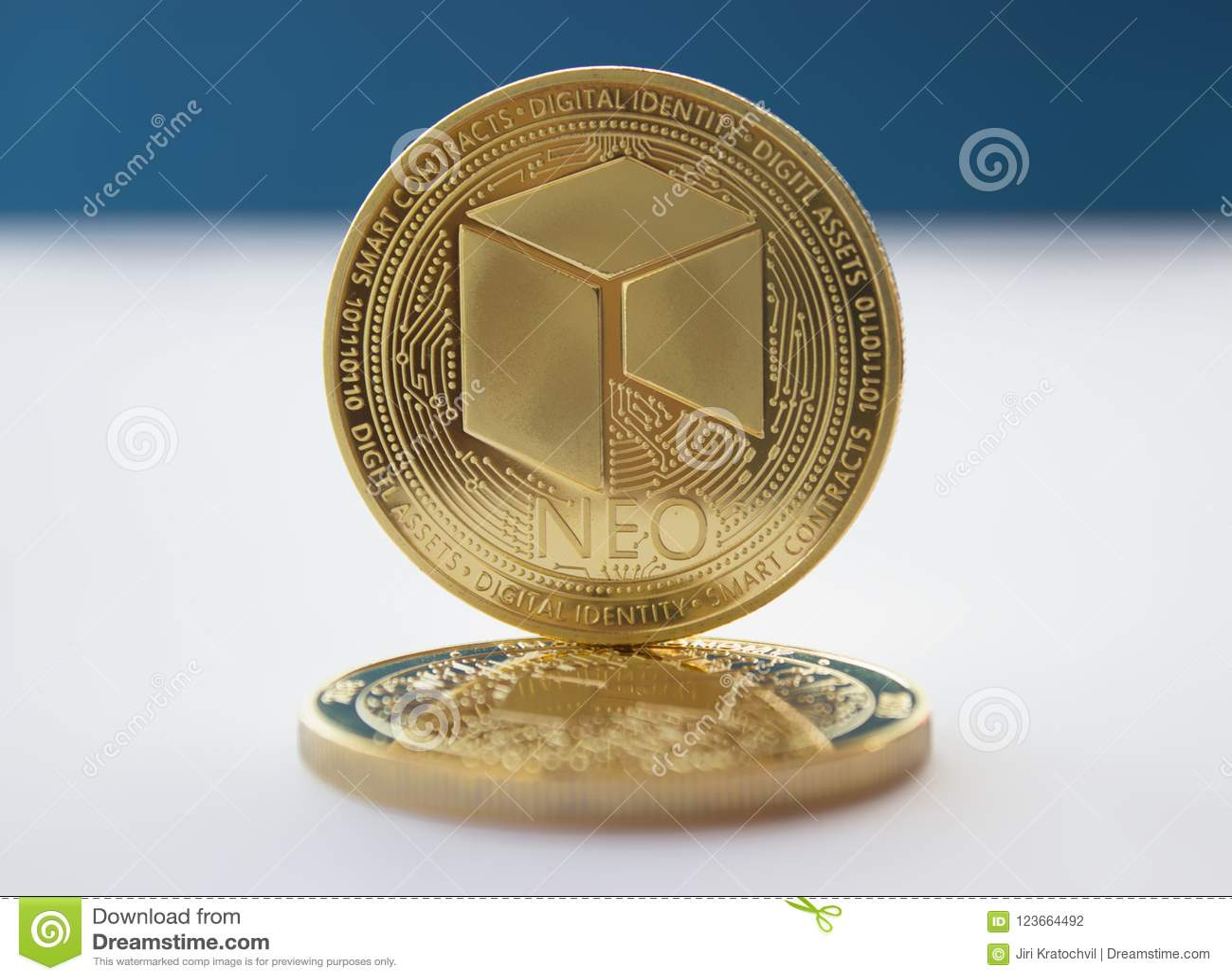 Crypto νομίσματα νομίσματος νεω στο μπλε υπόβαθρο 2
