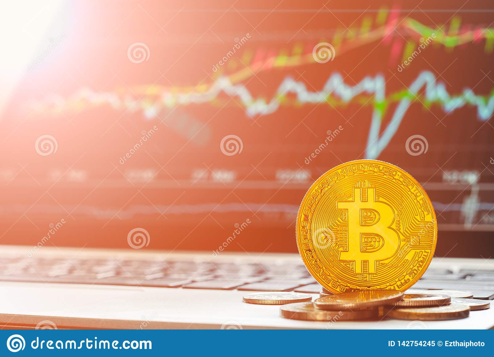 Cryptocurrencies Bitcoin BTC mit steigender von steigender Tendenz Diagrammlaptopanzeige im Hintergrund Das bitcoin Aktienhandel-