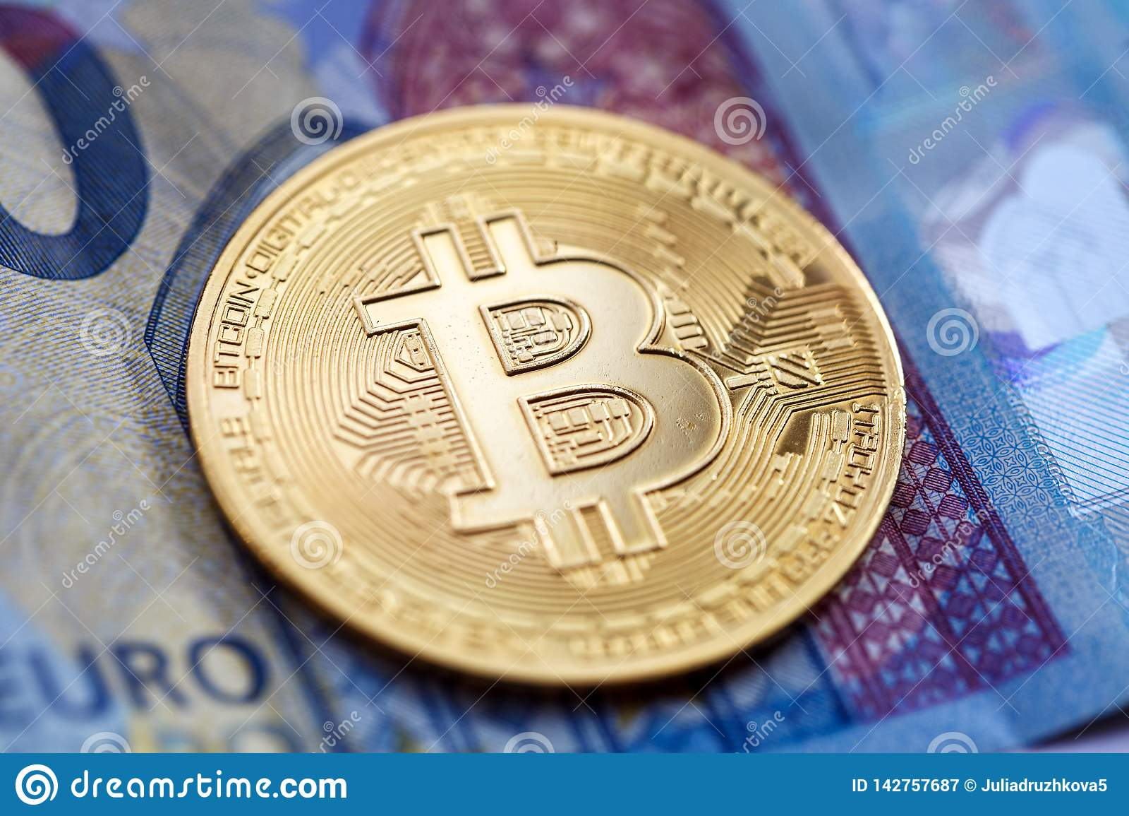 Cryptocurrency Bitcoin, золотая монета, лежит на счете 20-евро