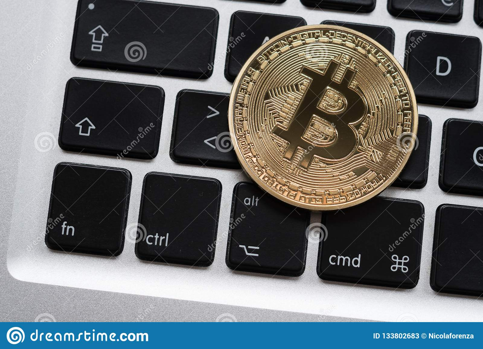 Cryptocurrency Bitcoin moneta na komputerowej laptop klawiaturze