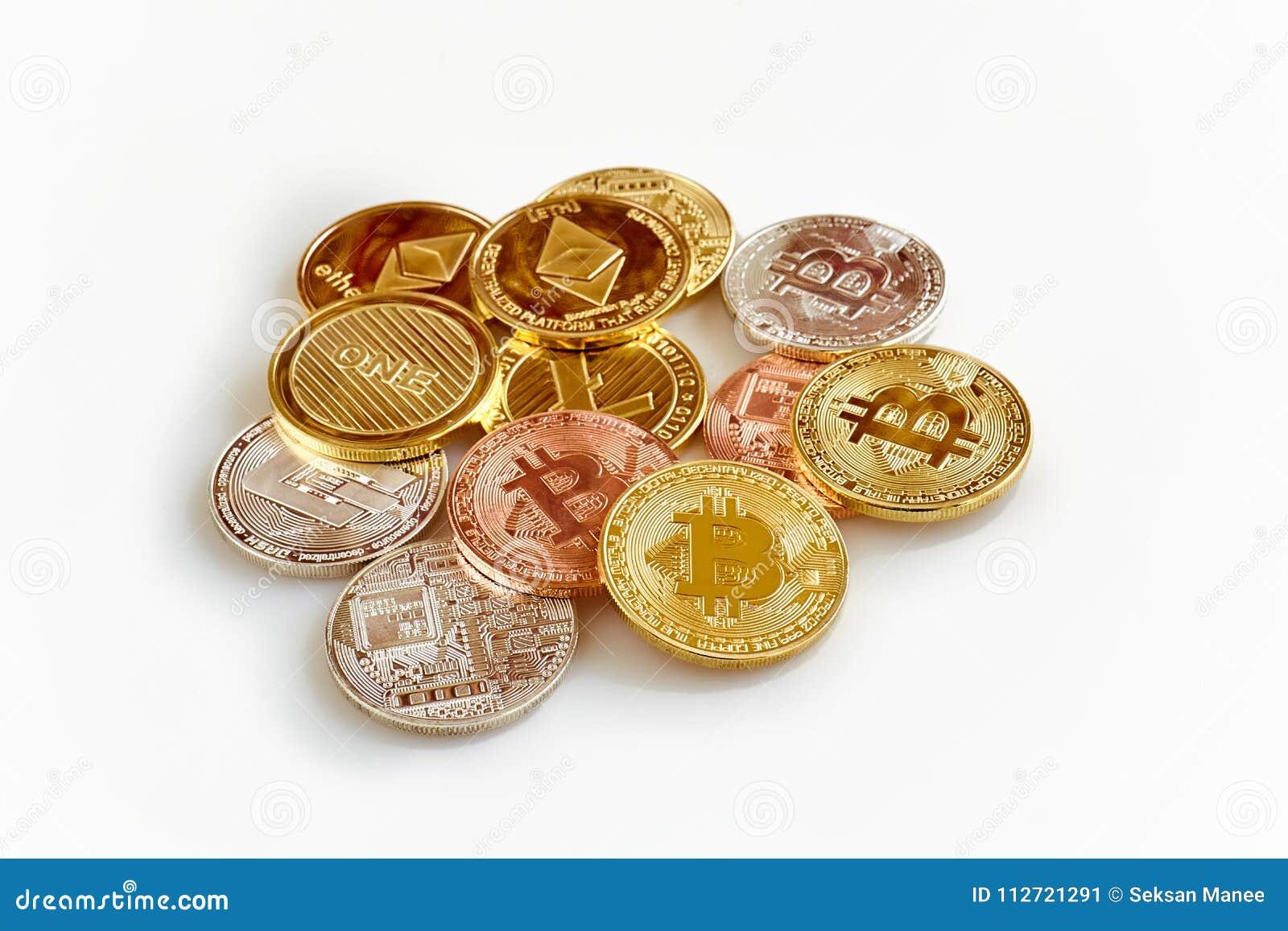 Cryptocurrency físico, Bitcoin, Ethereum, Litecoin, rociada en el fondo blanco