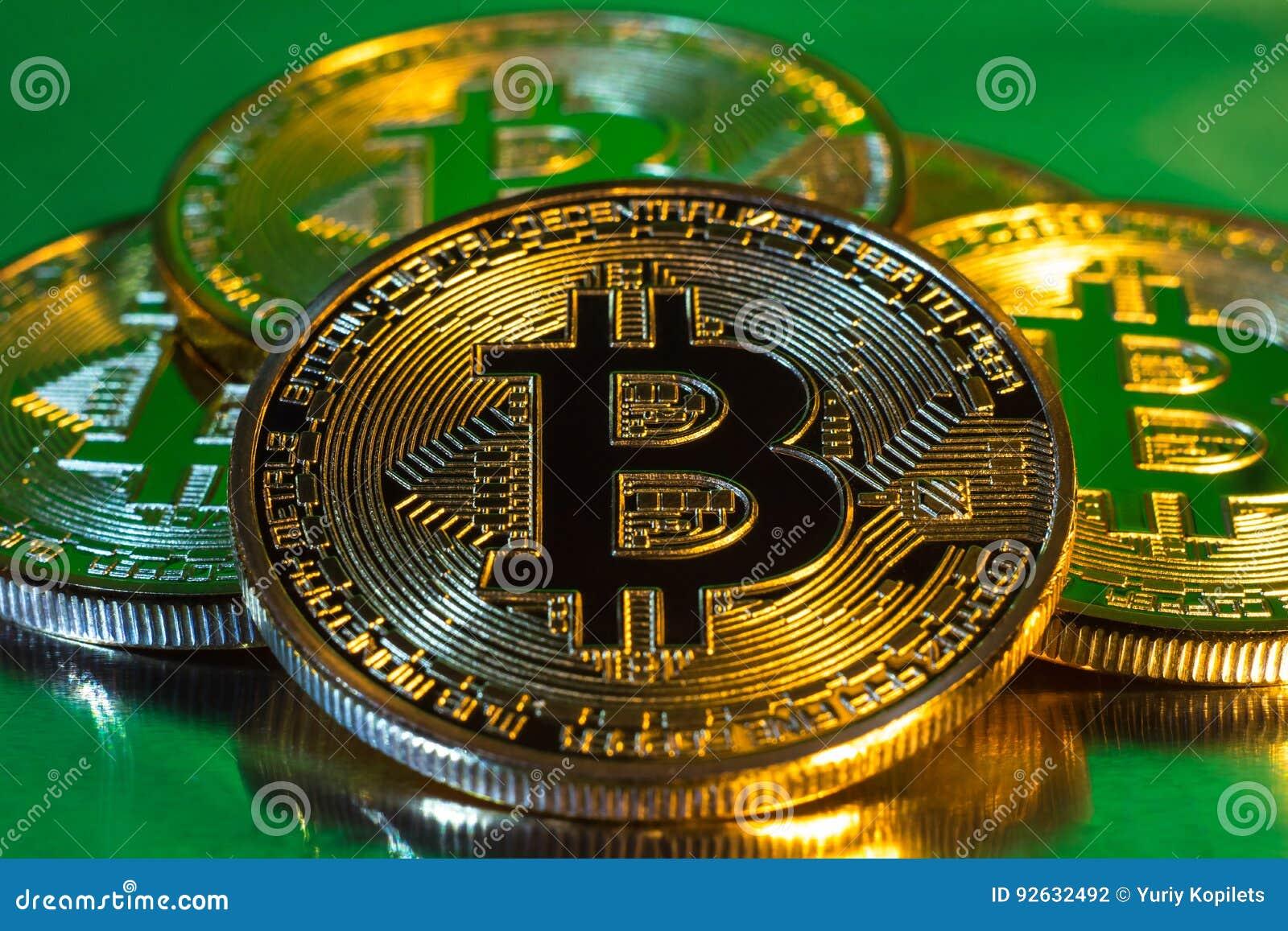 Cryptocurrency fysiskt guld- bitcoinmynt på färgrik backgrou