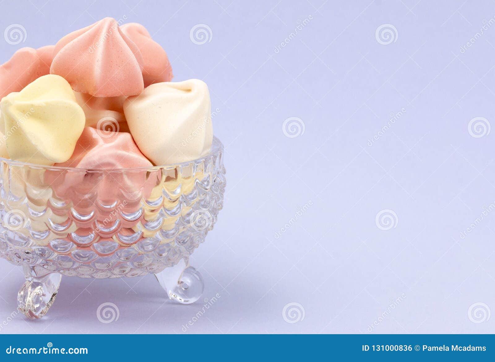 Crystal Dessert Bowl Filled com várias merengues coloridas