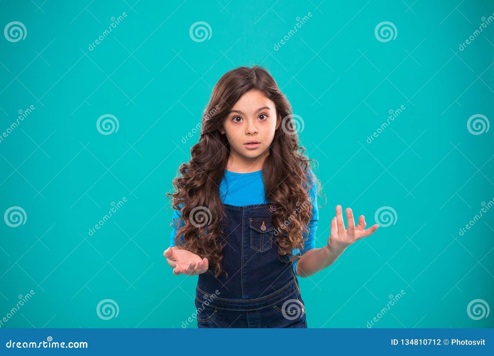 Cuáles son usted que habla La emoción desconcertante aturdida niño no puede creerla los ojos El preguntarse rizado del peinado de