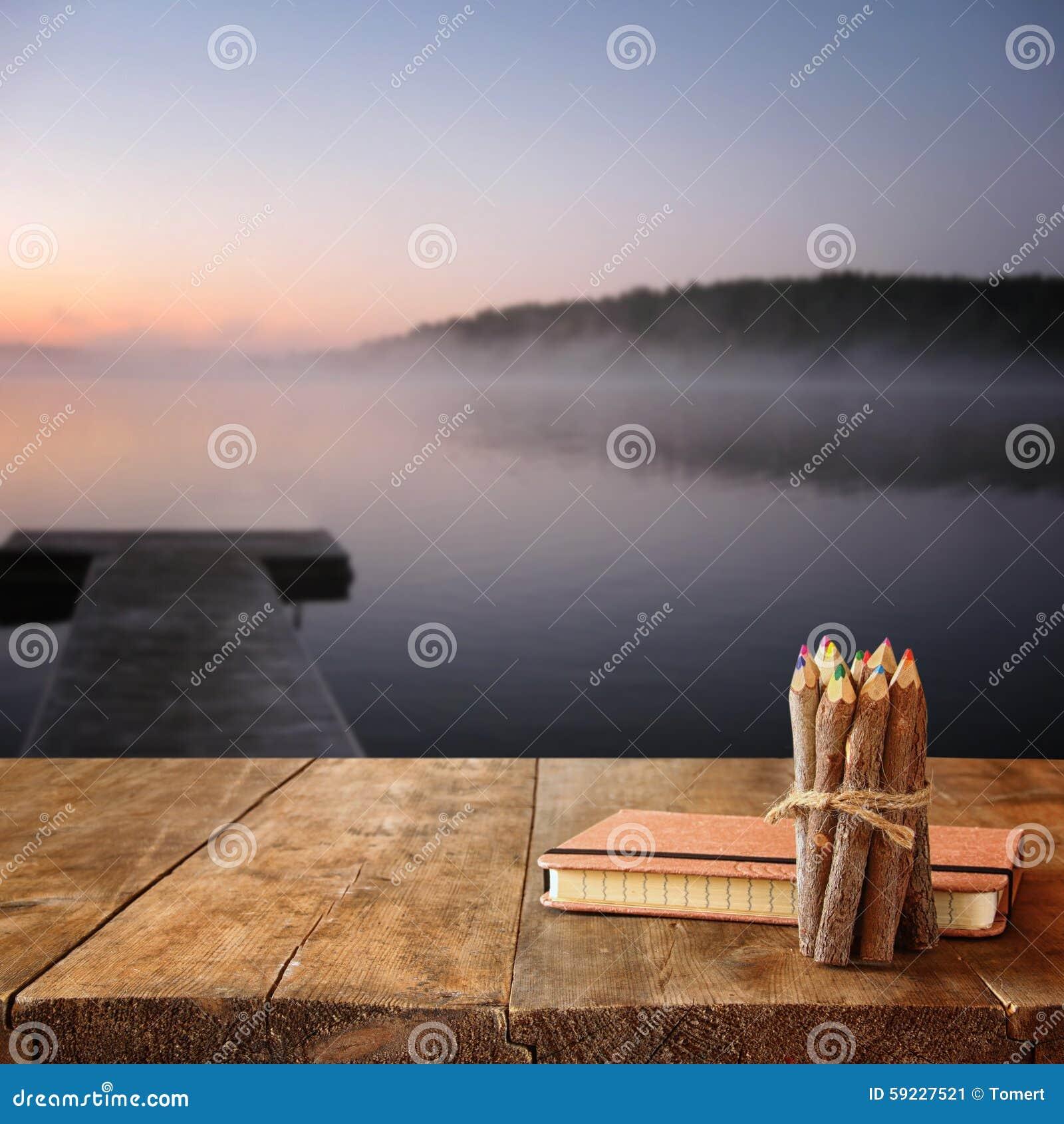 Download Cuaderno Del Vintage Y Pila De Lápices Coloridos De Madera En La Tabla De Madera De La Textura Delante De La Opinión De Niebla Tr Imagen de archivo - Imagen de gráfico, pintor: 59227521