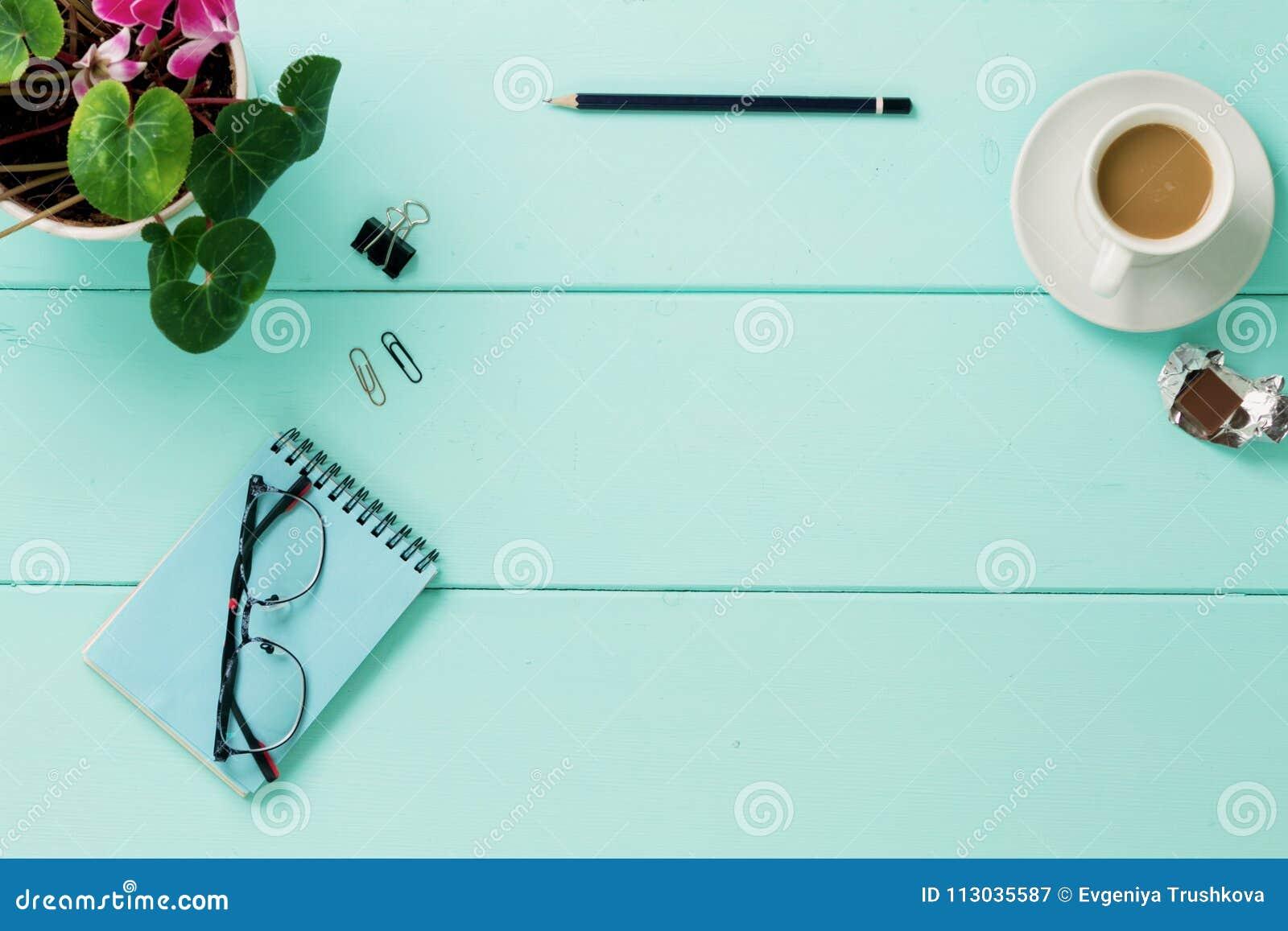 Cuaderno en blanco con la flor, visión superior
