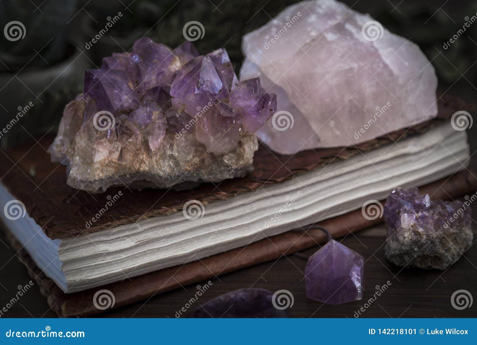 Cuaderno o diario cerrado con amatista y Rose Quartz Crystals en el top