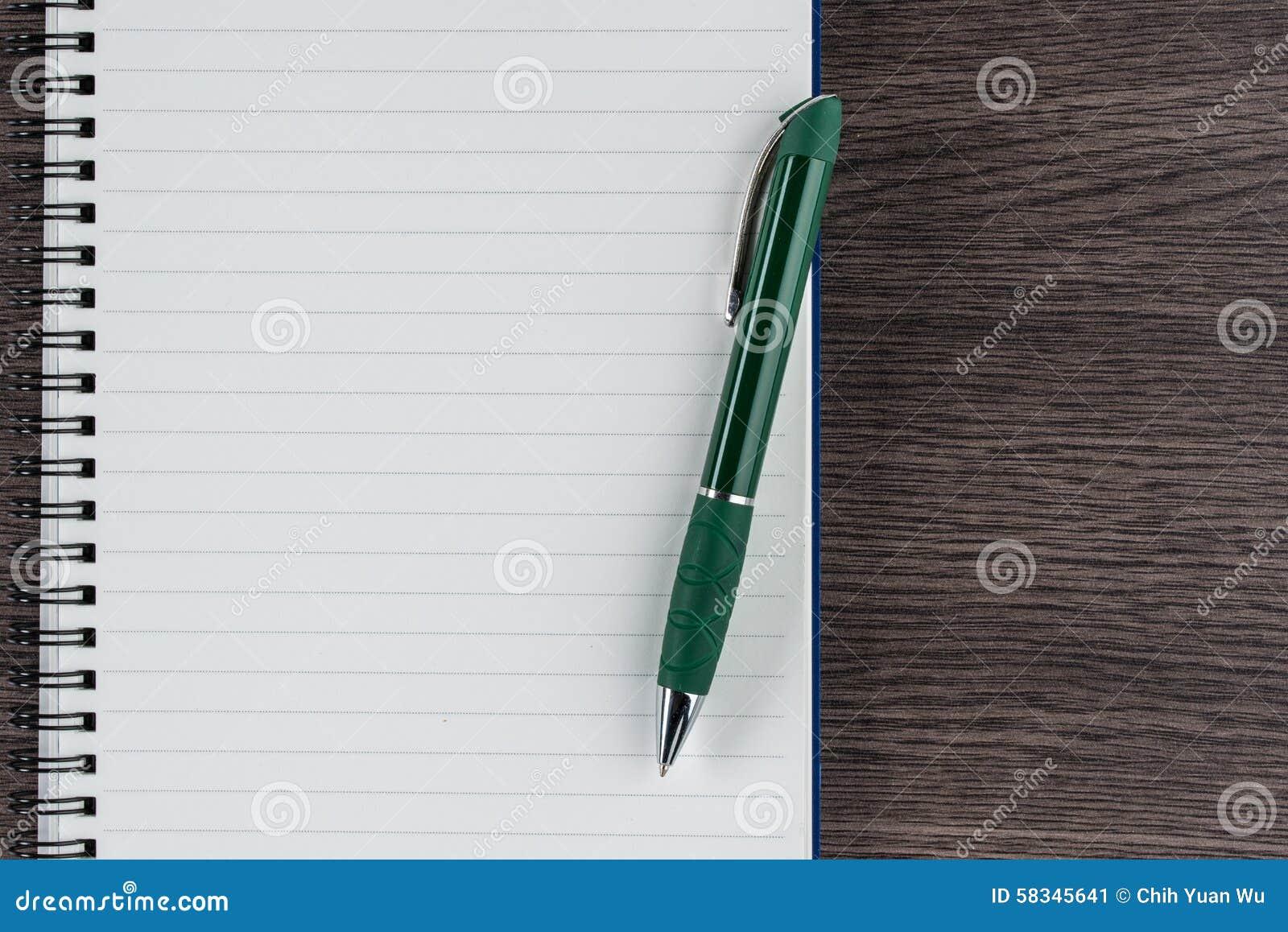 Cuaderno y pluma alineados, memorándum del recordatorio de la nota de la lista de control