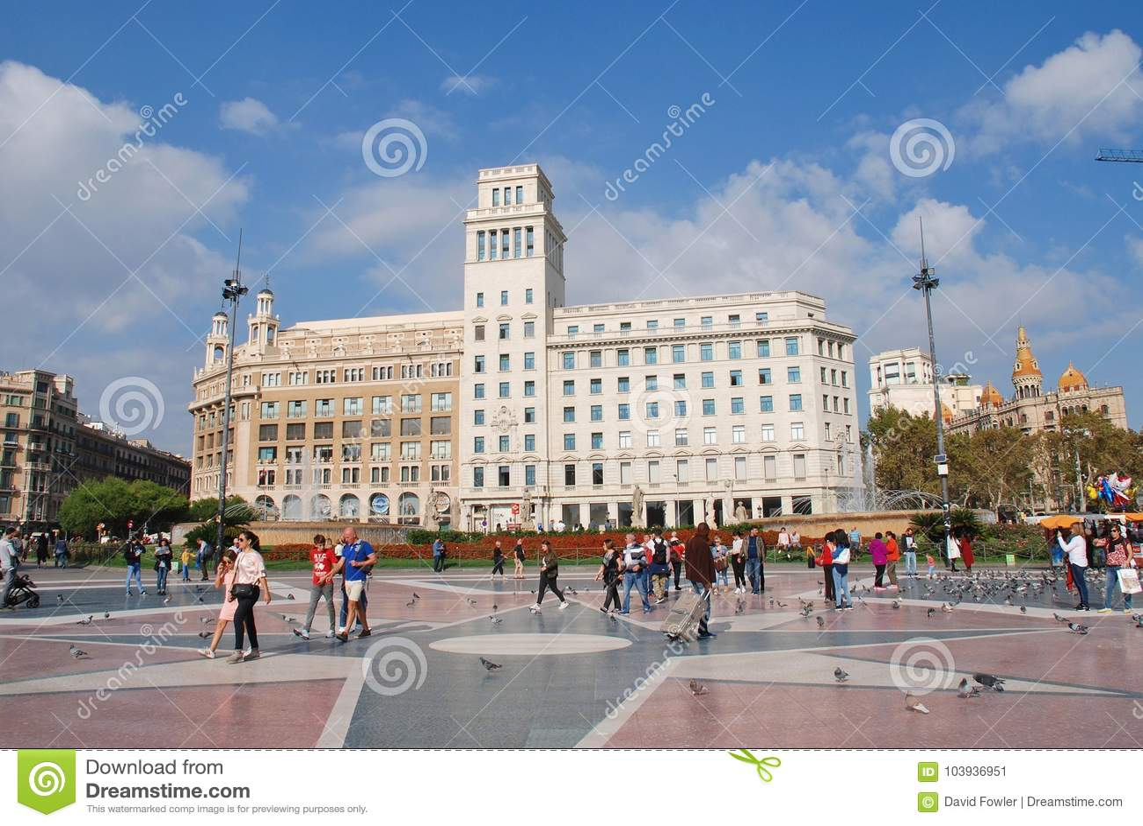 La gente camina en el Placa histórico de Catalunya en Barcelona 5a14b529ece