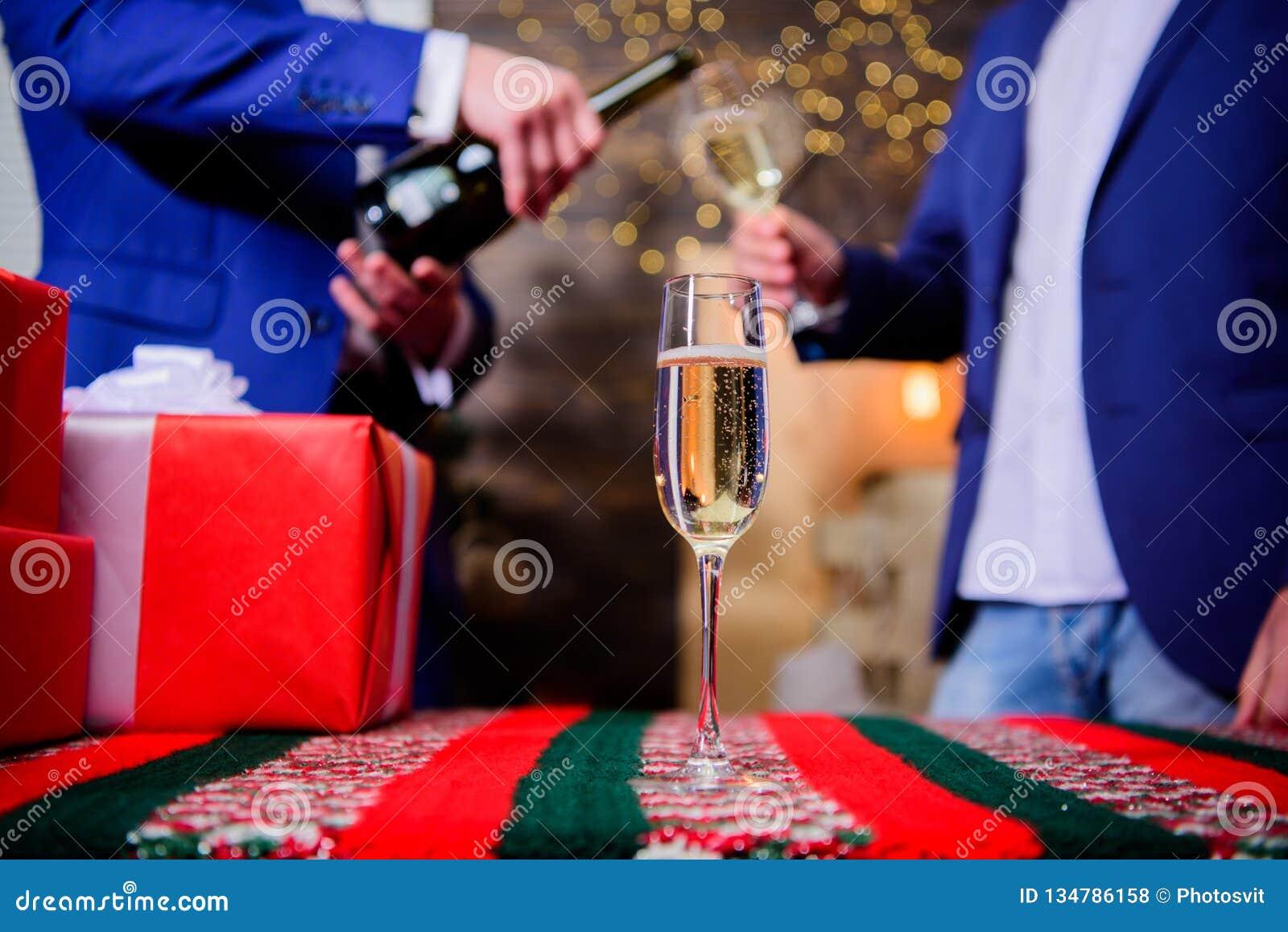 Cualidad tradicional del Año Nuevo Feliz Año Nuevo y Feliz Navidad E El vidrio llenó el vino espumoso