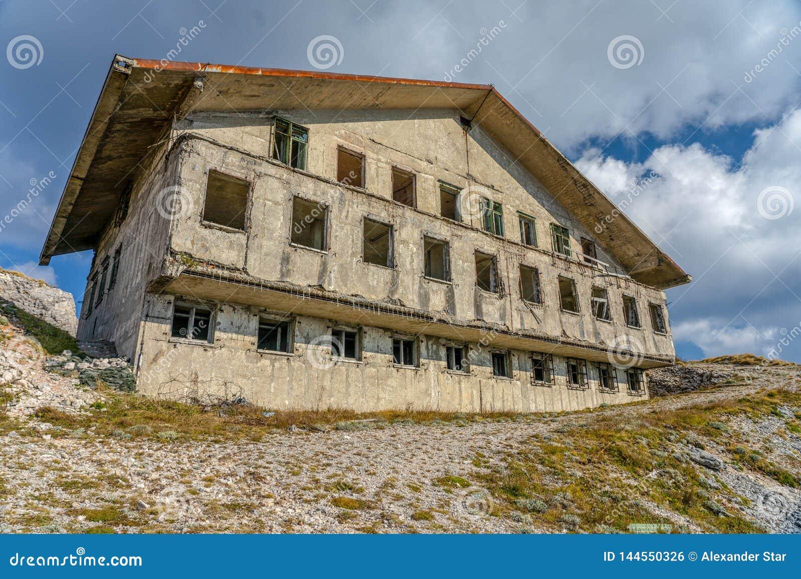 Cuarteles militares abandonados en el lado de la montaña en las nubes