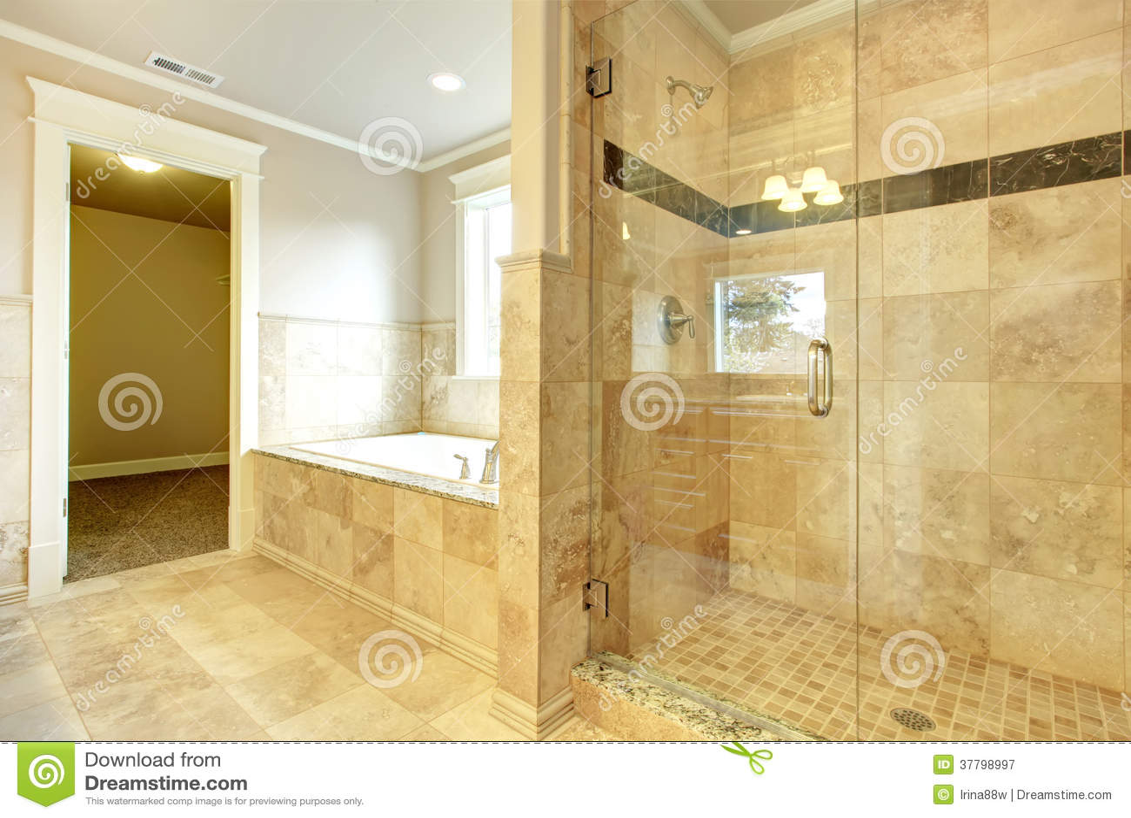 Cuarto de ba o acogedor con la ducha de la puerta de la for Banos con ducha y tina