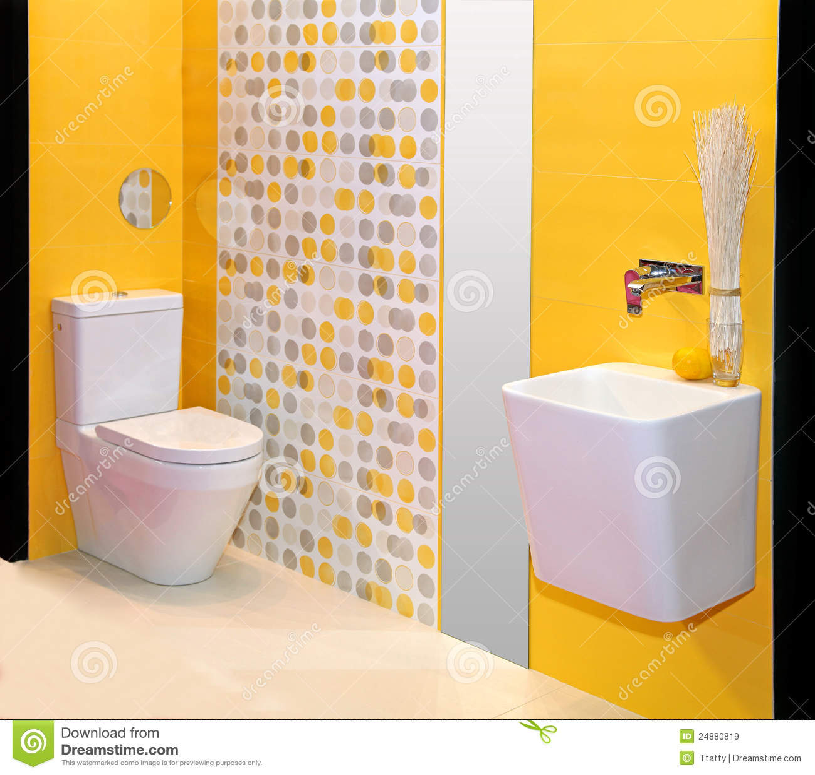 Baños Modernos Amarillos:Interior minimalistic moderno del cuarto de baño con las paredes