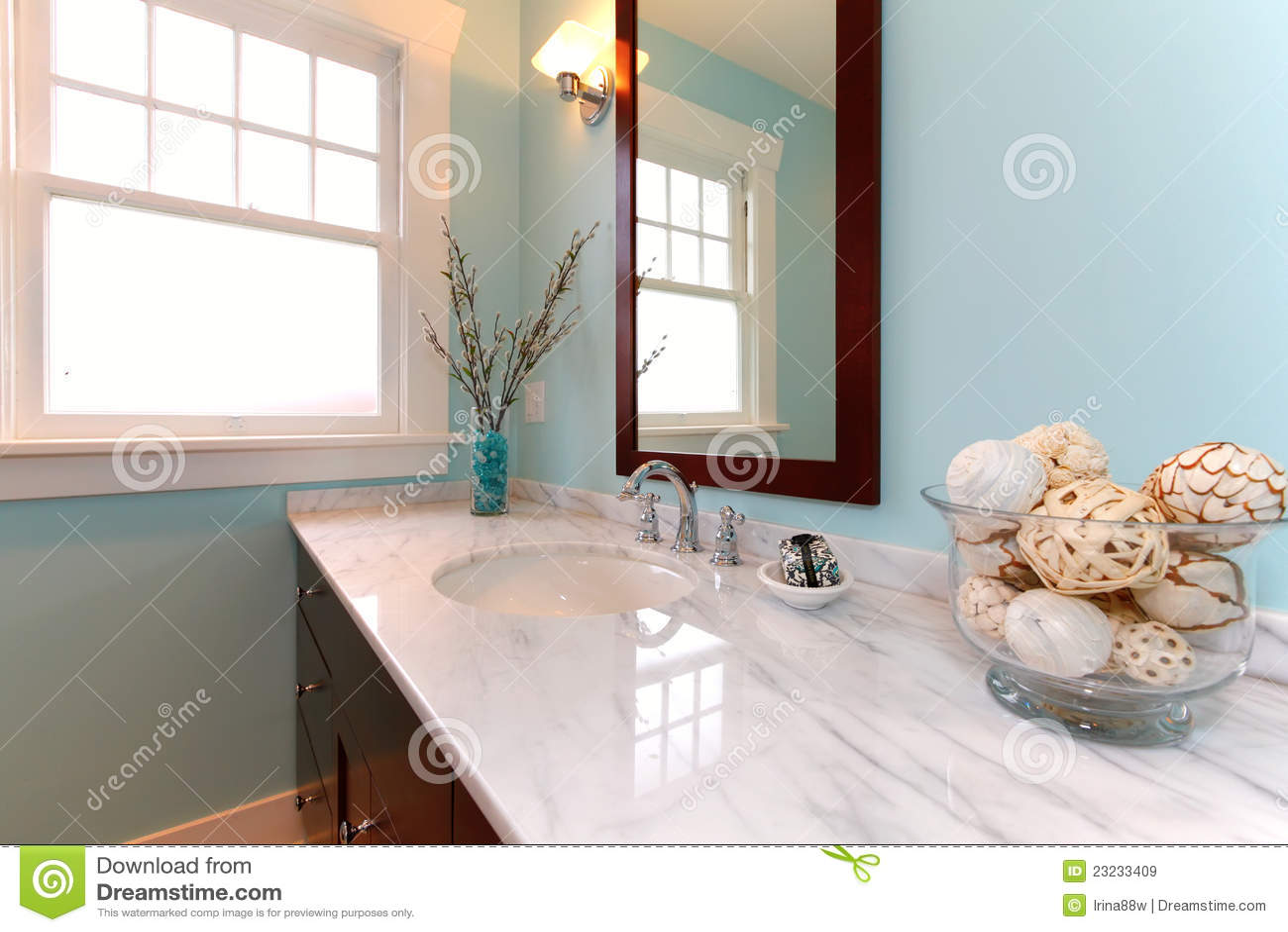 Baño Azul Con Blanco:Cuarto De Baño Azul Con El Fregadero De Mármol Blanco Imágenes de