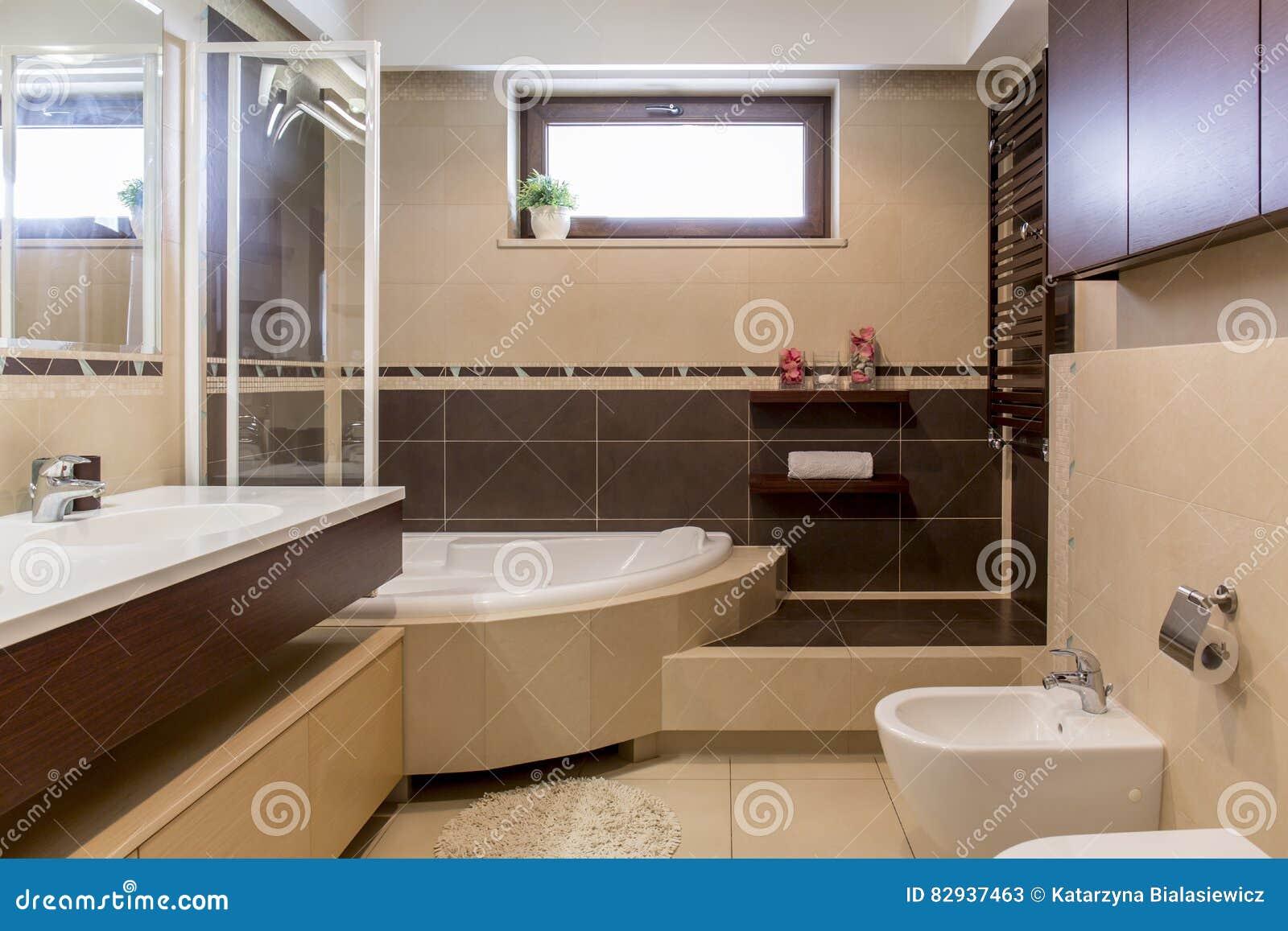Cuarto De Baño Beige Y Marrón Moderno Imagen de archivo ...
