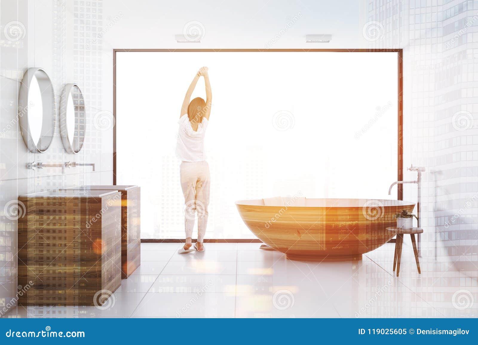 Cuarto De Baño Blanco Interior, Tina De Madera Y Fregadero Entonados ...