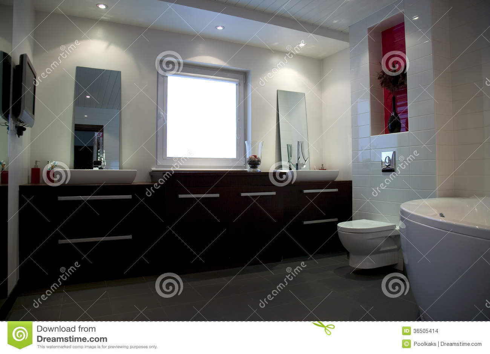 Cuarto de baño blanco grande moderno con muebles y el baño marrones