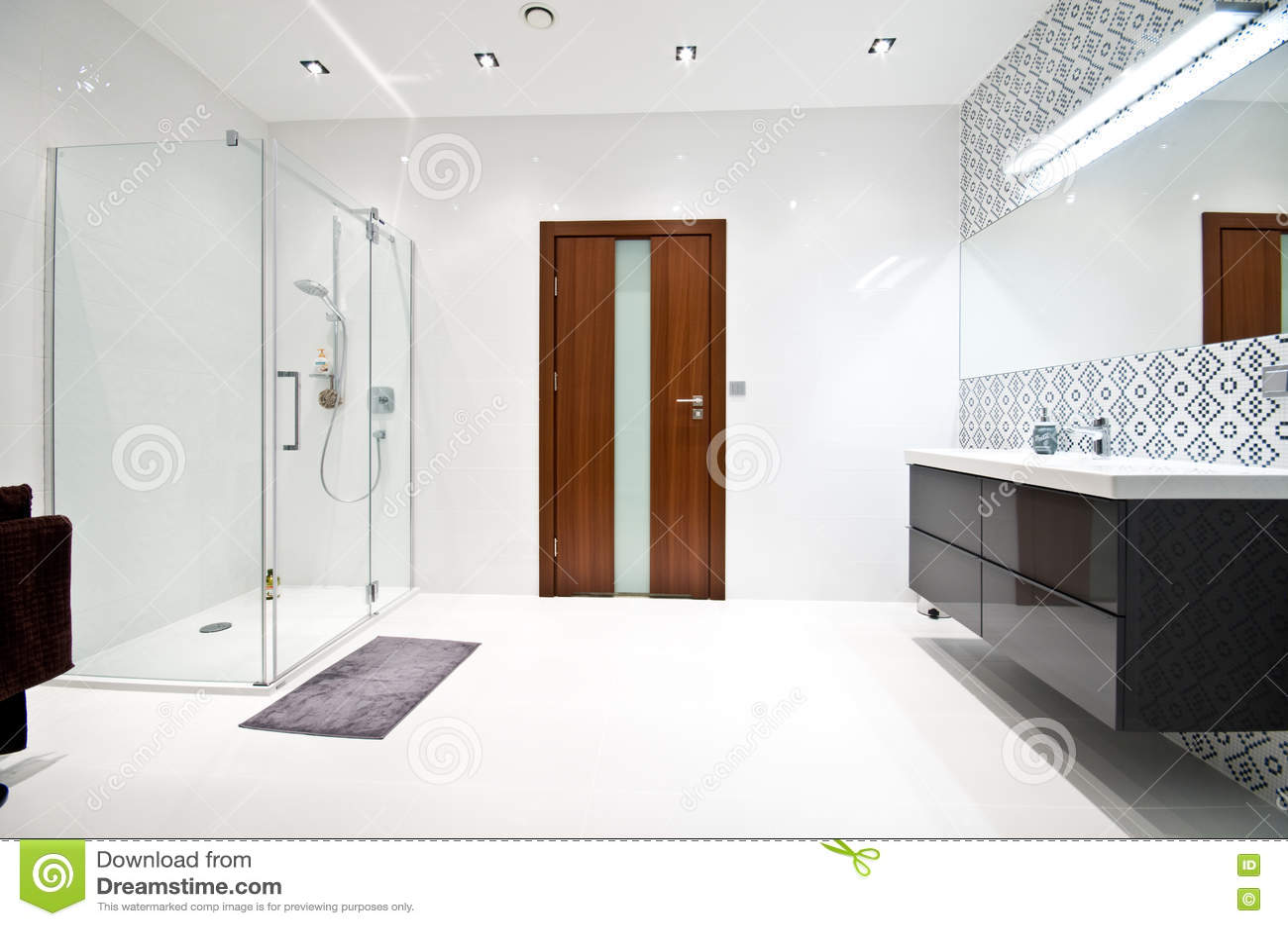 Cuarto De Baño Blanco Moderno Elegante Foto de archivo ...