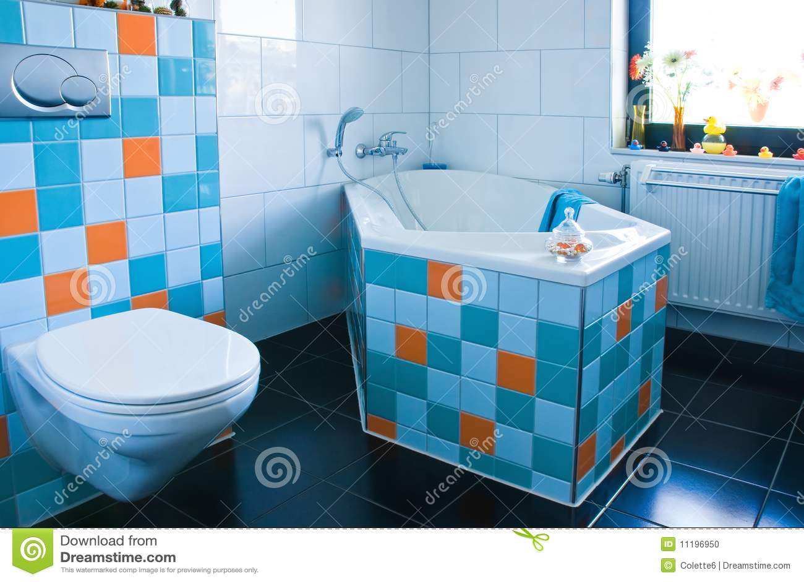 Cuarto de ba o blanco y azul colorido con el suelo negro for Cuartos de bano bonitos
