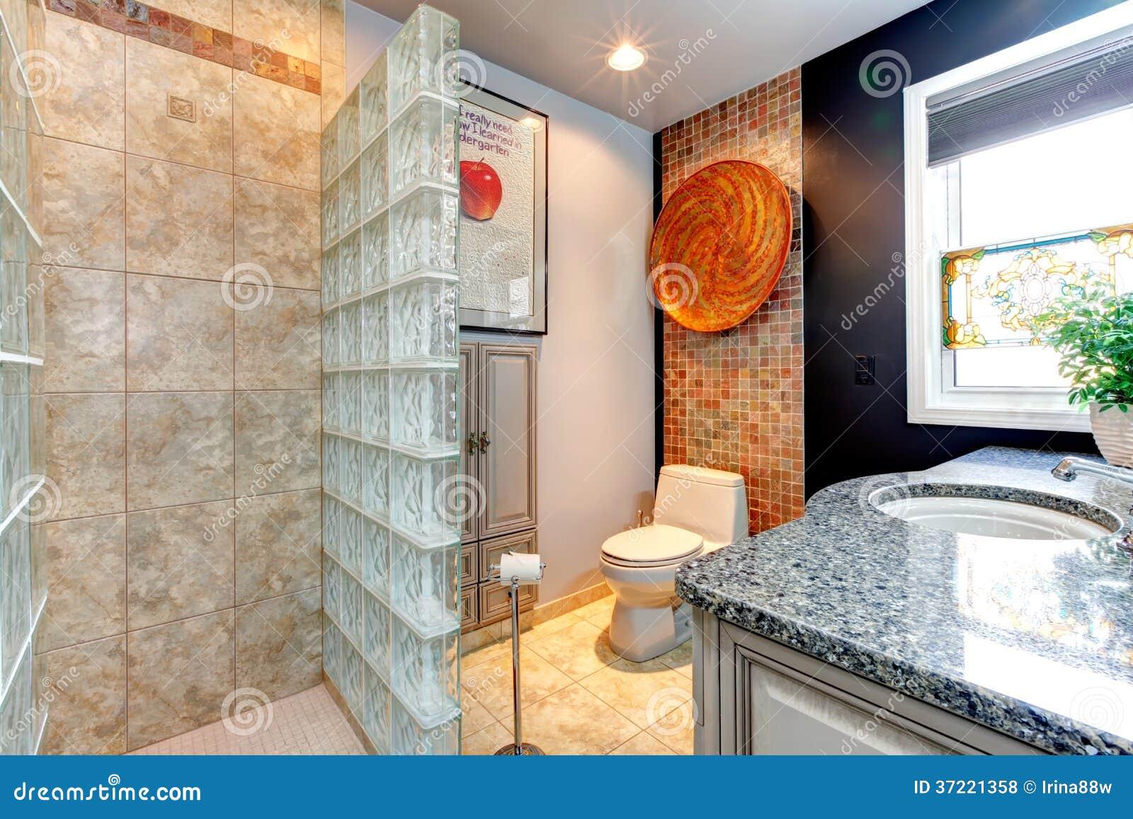 Cuartos De Baño Con Ducha Fotos:Pequeño cuarto de baño brillante con la ducha abierta de la pared de