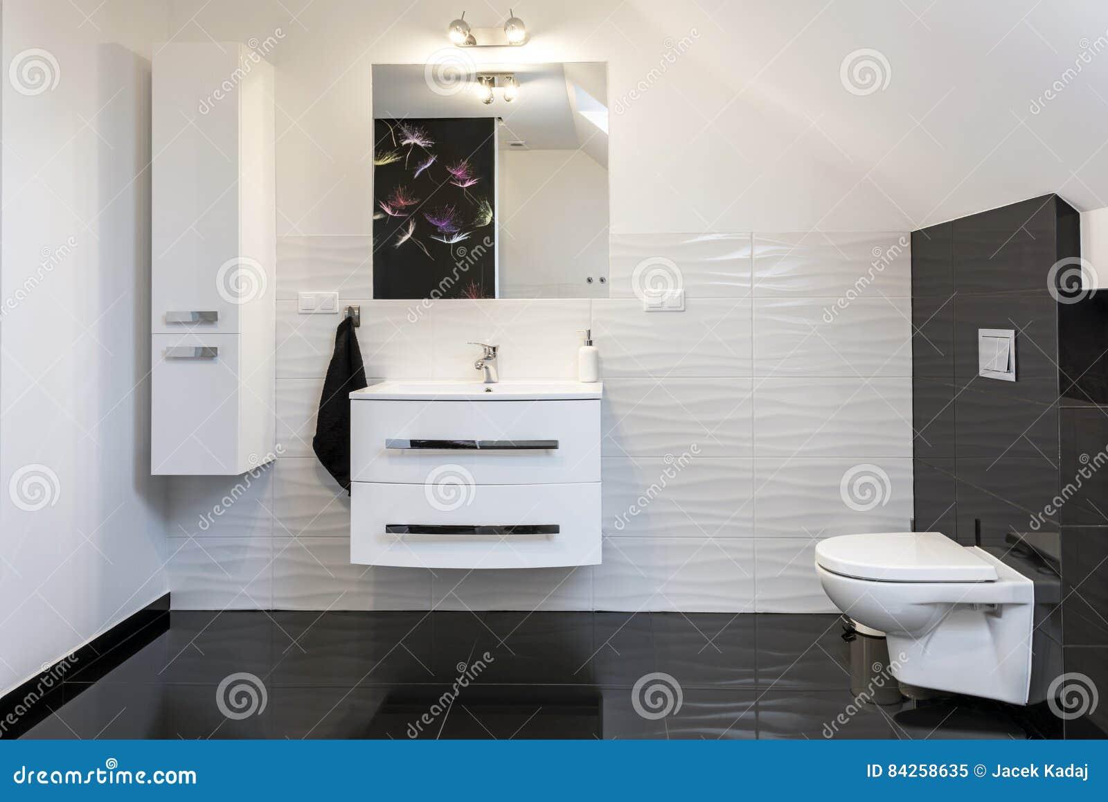 Cuarto De Baño Cómodo Del Diseño Moderno Imagen de archivo ...