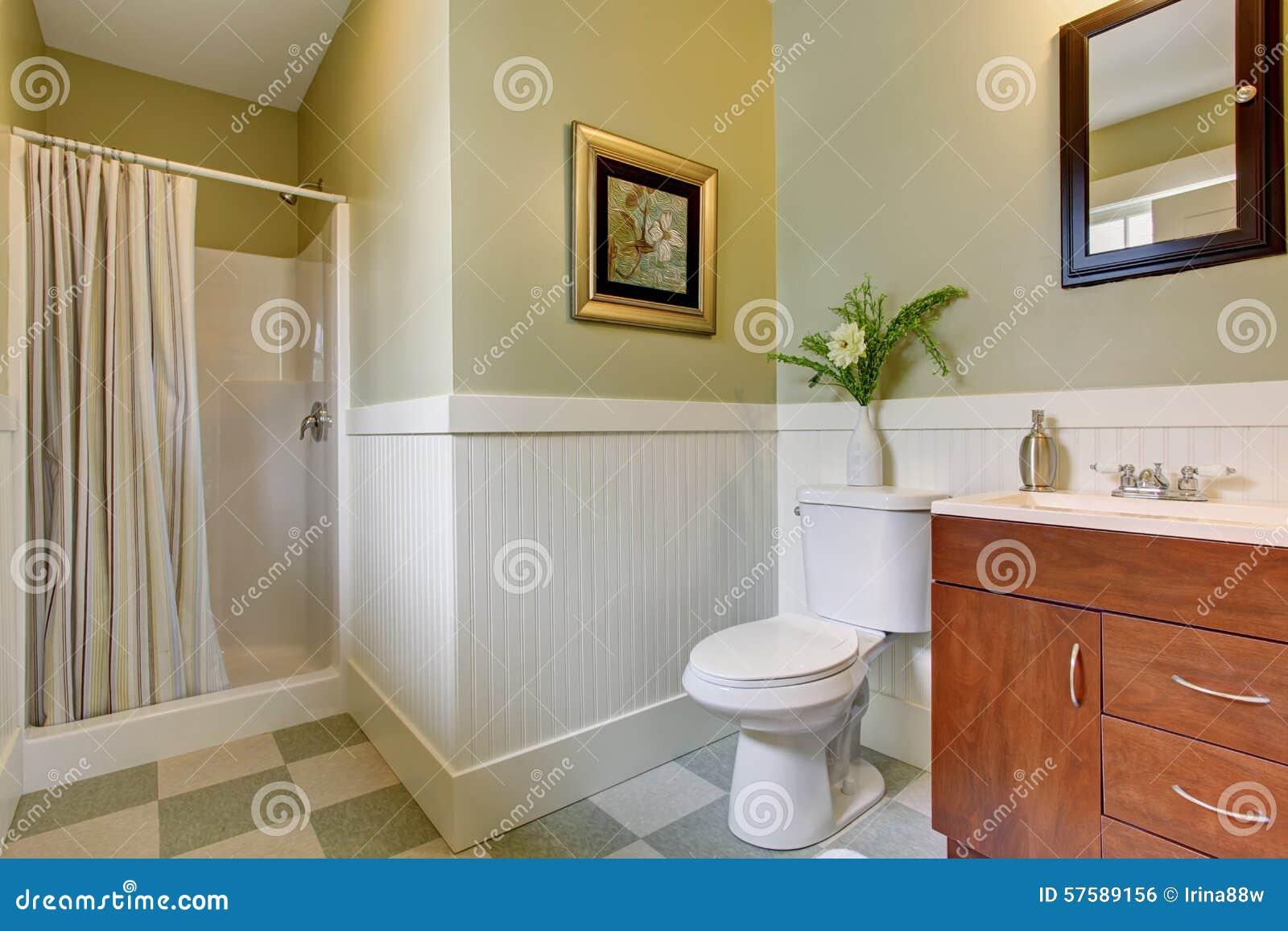 Cuarto De Baño Con El Suelo De Baldosas A Cuadros, Y Paredes Blancas ...