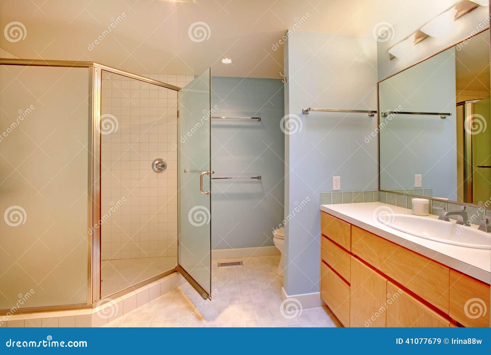 Cuartos De Baño Con Ducha Fotos:Cuarto De Baño Con La Ducha De Cristal De La Puerta Foto de archivo