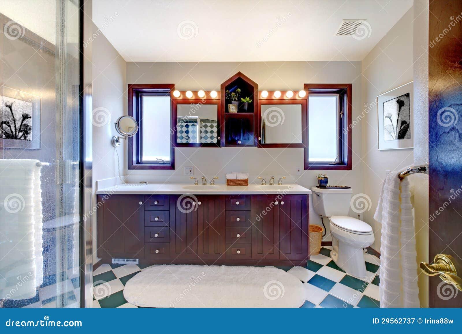 Gabinetes De Baño Pr:de archivo libre de regalías: Cuarto de baño con la ducha, gabinete