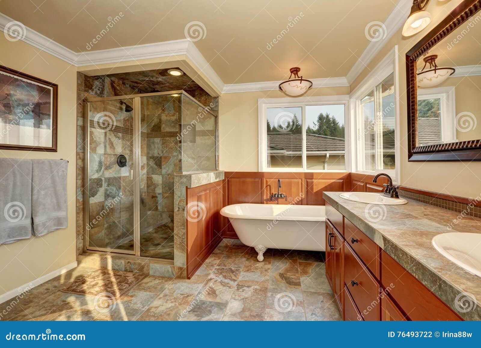 cuarto de bao con la teja de piedra natural y las paredes beige - Paredes De Piedra Natural