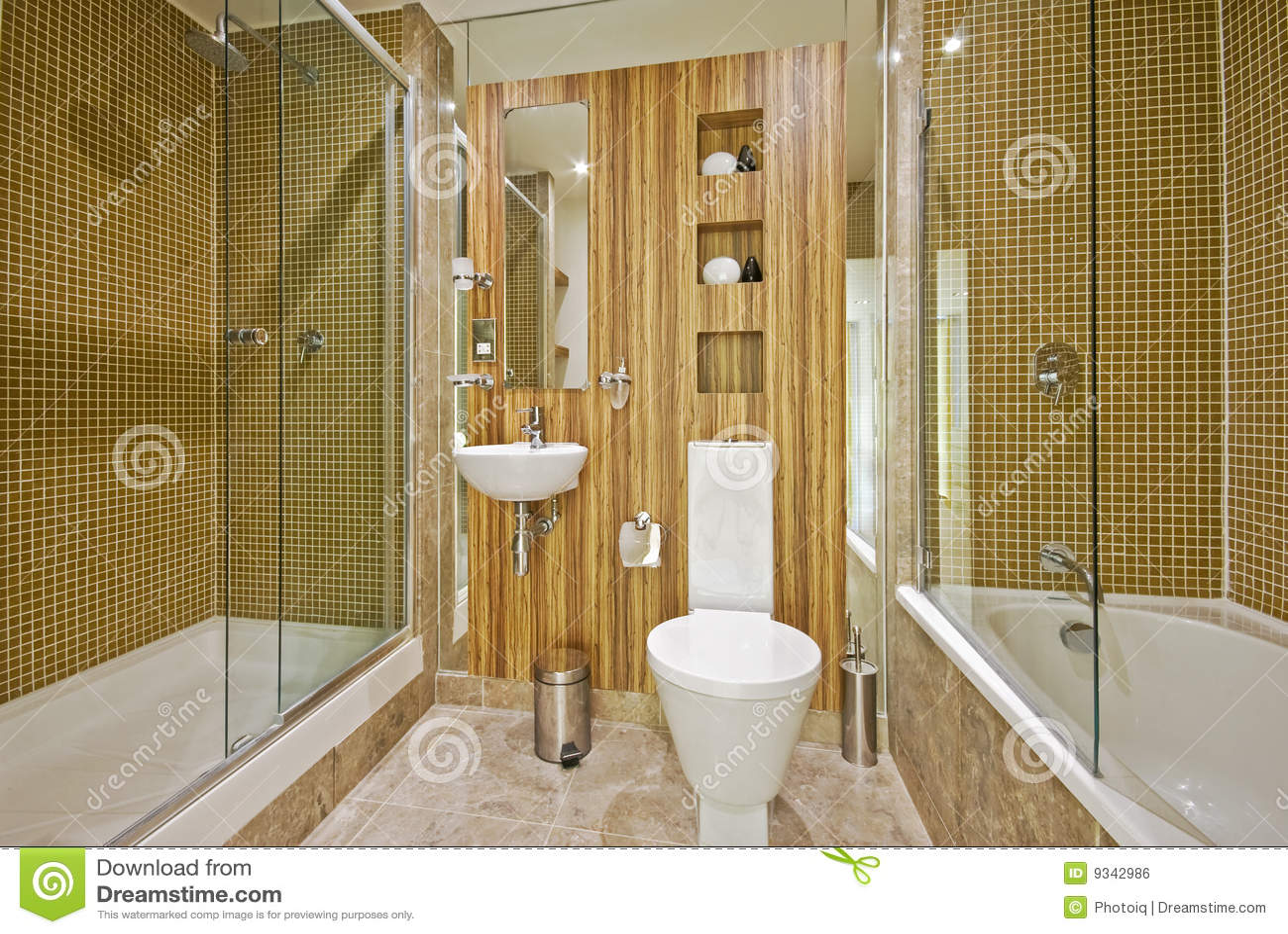 Cuarto de baño con los azulejos de mármol del suelo y de mosaico